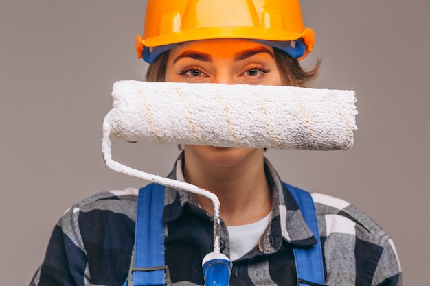 Ritratto della donna del riparatore con il rullo di pittura isolato