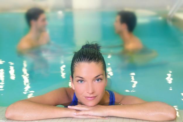 Ritratto della donna della stazione termale rilassato in acqua dello stagno