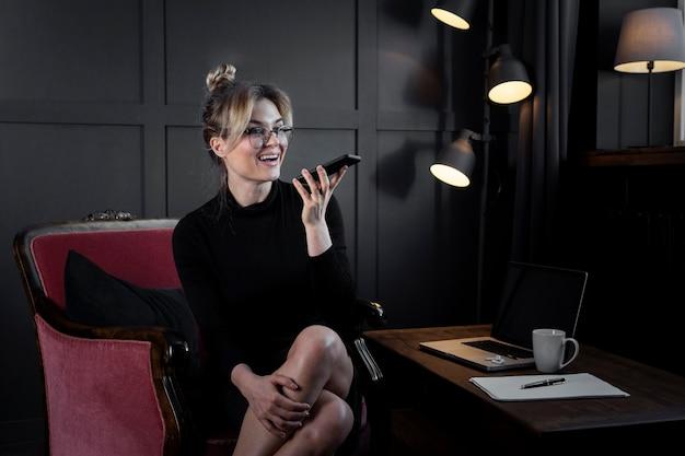Ritratto della donna di affari adulta che parla sul telefono