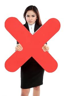 Ritratto della donna di affari che tiene il segno della croce rossa