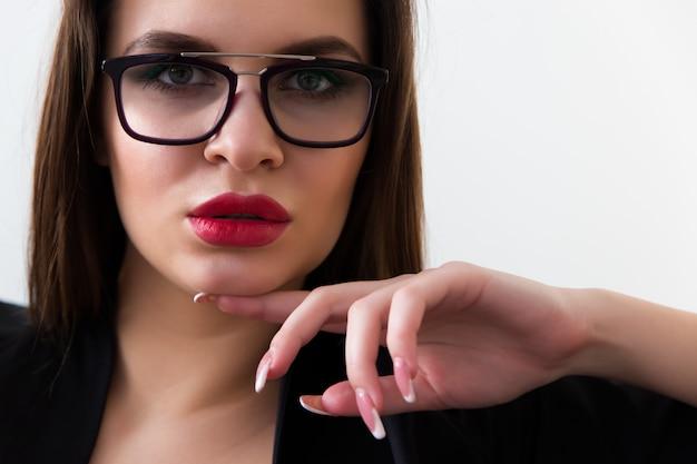 Ritratto della donna di affari con il primo piano di vetro