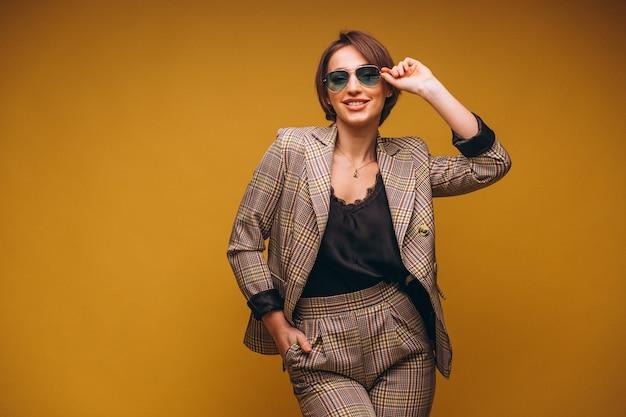 Ritratto della donna di affari in vestito isolato