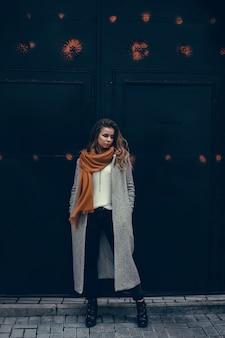 Ritratto della donna di bellezza in strada, ritratto all'aperto, modella