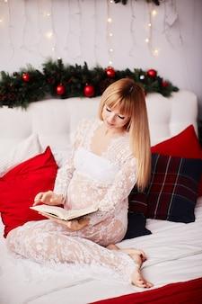 Ritratto della donna incinta, vibrazioni del nuovo anno. Affascinante donna bionda in attesa