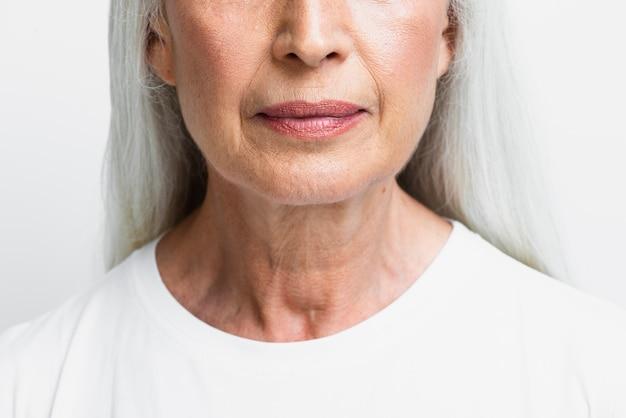 Ritratto della donna senior con rossetto sopra