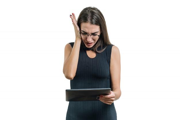 Ritratto della donna sorpresa di affari con la compressa digitale