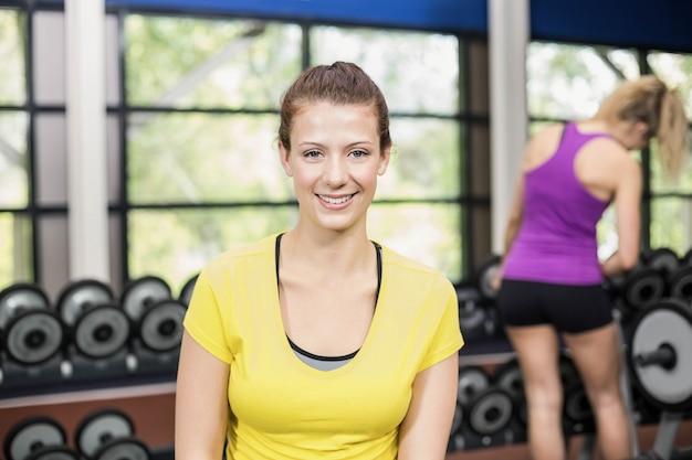 Ritratto della donna sorridente atletica al crossfit