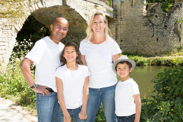 Ritratto della famiglia americana della corsa mista al parco