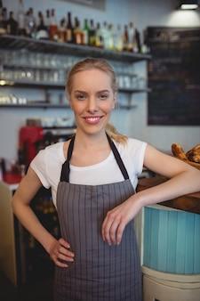Ritratto della lavoratrice sicura al caffè
