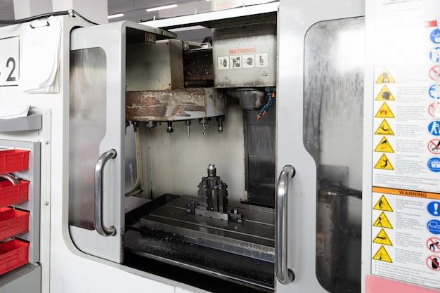 Ritratto della macchina funzionante nella pianta dei dettagli in metallo