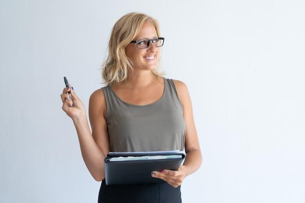Ritratto della metà di donna di affari adulta contemplata in occhiali.