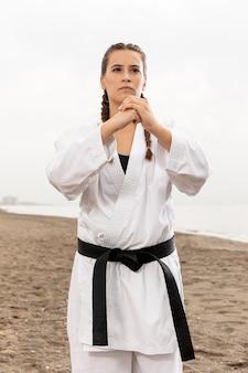 Ritratto della ragazza che esercita karatè