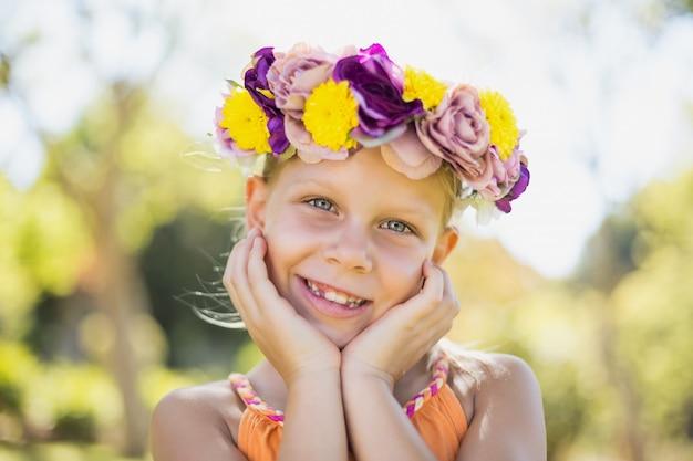 Ritratto della ragazza che sorride nel parco