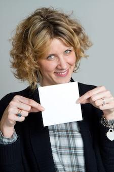 Ritratto della ragazza con la carta