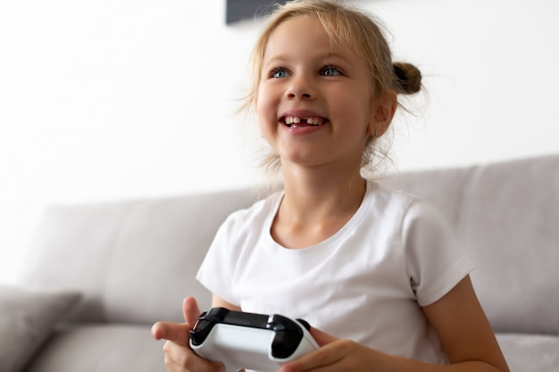 Ritratto della ragazza del bambino in età prescolare con la bocca aperta senza dente di latte