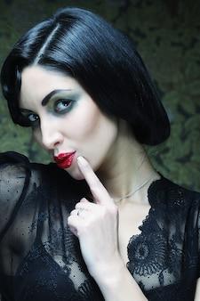 Ritratto della ragazza di arte di modo. stile di vamp.