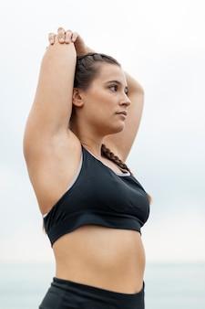Ritratto della ragazza in abiti sportivi all'aperto