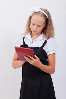 Ritratto della ragazza teenager con il calcolatore su bianco