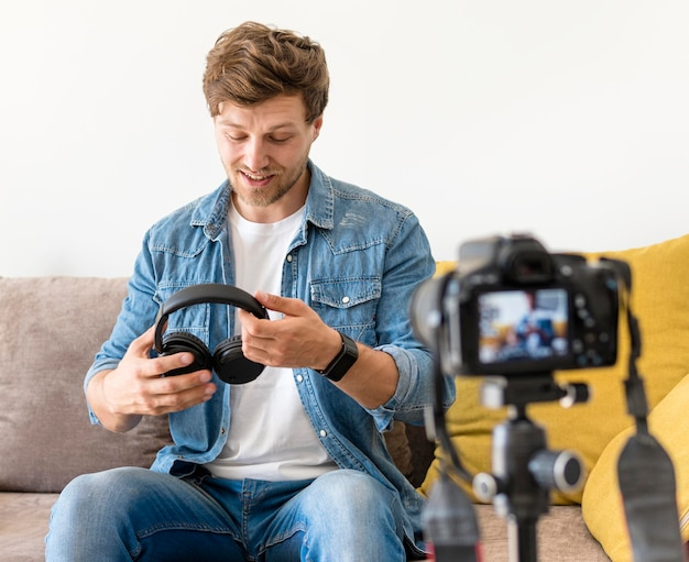 Ritratto della registrazione del maschio adulto per il blog personale