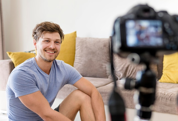 Ritratto della registrazione del maschio adulto per il suo blog