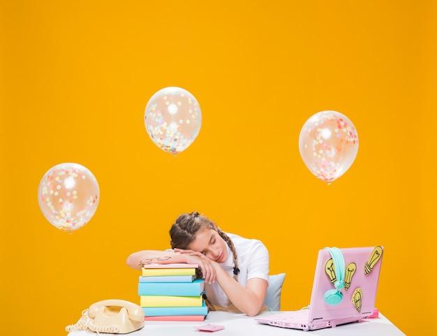 Ritratto della scolara che studia con il computer portatile