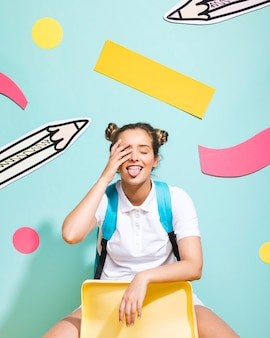 Ritratto della scolara su una priorità bassa di memphis