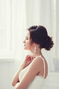 Ritratto della sposa che indossa abito da sposa moda