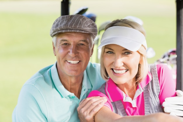 Ritratto delle coppie allegre del giocatore di golf