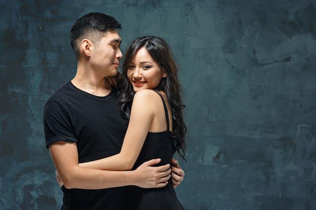 Ritratto delle coppie coreane sorridenti su un gray