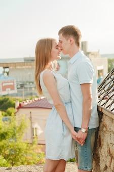 Ritratto delle coppie felici che abbracciano ridendo
