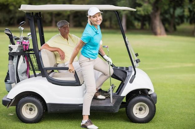 Ritratto delle coppie sorridenti del giocatore di golf