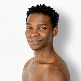 Ritratto dello studio del petto nudo sorridente dell'uomo africano di felicità