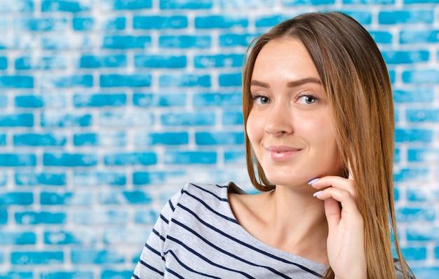 Ritratto dello studio di bella giovane donna che pensa e che guarda verso l'alto. la percezione e la riflessione