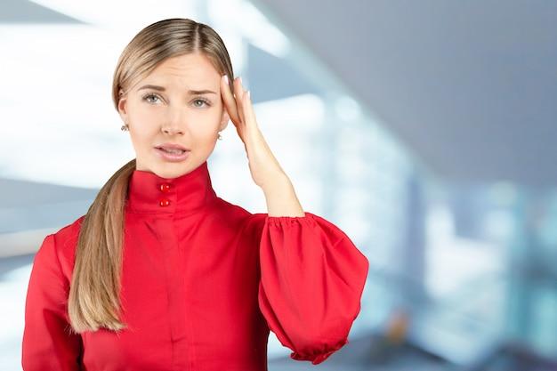 Ritratto dello studio di bella giovane donna che pensa e che osserva verso l'alto. il concetto di percezione e riflessione