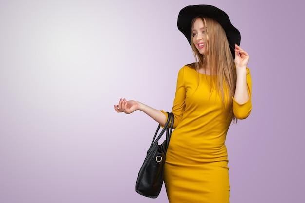 Ritratto dello studio di moda di bella giovane donna capelli biondi