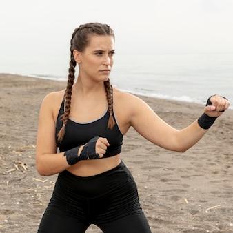 Ritratto di addestramento della ragazza all'aperto