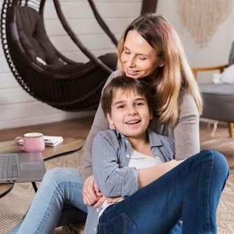 Ritratto di adorabile madre e figlio insieme