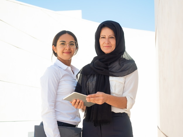 Ritratto di affari di imprenditrici multiculturali di successo