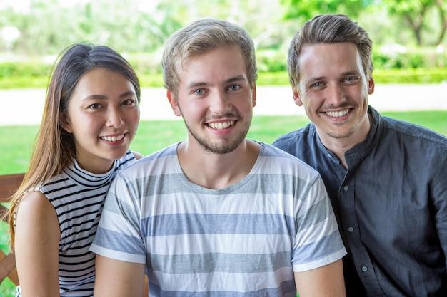 Ritratto di allegri amici multietnici studenteschi