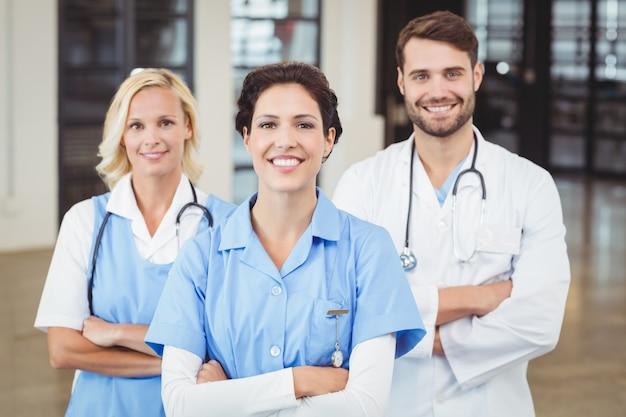 Ritratto di allegri medici e infermiere