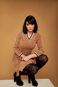 Ritratto di alta moda di giovane donna elegante. , vestito marrone.
