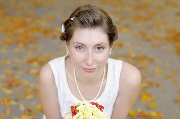 Ritratto di ambientazione esterna di bella giovane sposa