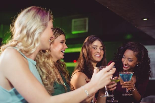 Ritratto di amici a bere qualcosa