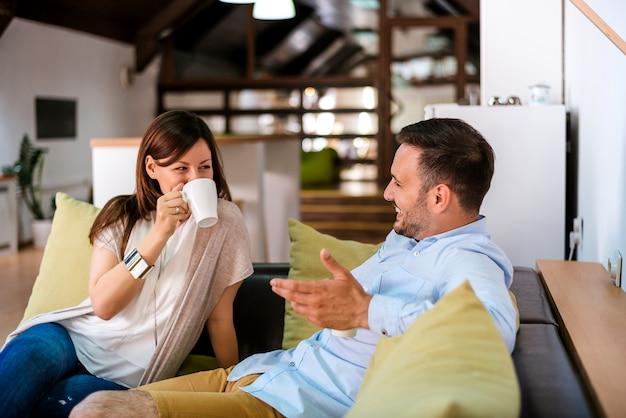 Ritratto di amici gioiosi che guardano l'un l'altro mentre chattano