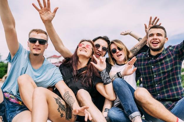 Ritratto di amici spensierati che si divertono insieme