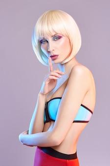 Ritratto di arte moda di una donna in costume da bagno con trucco a contrasto luminoso