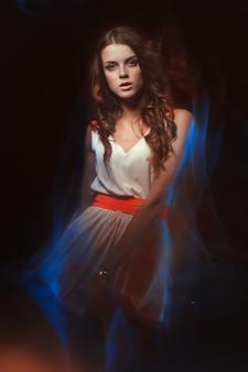 Ritratto di arte vaga di colore di una ragazza su un'oscurità