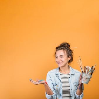 Ritratto di artista femminile con pennelli