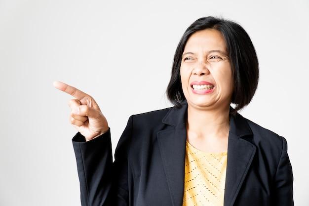 Ritratto di asian woman show feeling abominate sul suo viso