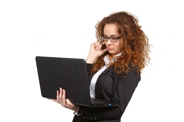 Ritratto di attraente giovane donna d'affari con il portatile